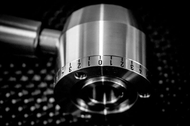 Feine Lasergravur auf Metallwerkstück